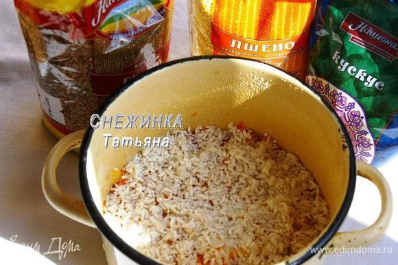 Затем обжаренные морковь с луком и рис. Солим. Соли не жалеем, ведь мы еще будем заливать все водой.