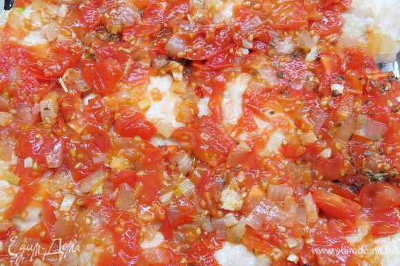 Из духовки достать тефтели и залить их соусом. Поставить в духовку и запекать при температуре 180°С в течение 10 минут.