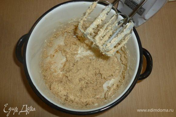 Разогреть духовку до 180°С. Выложить формочки для маффинов бумажными основами. Сливочное масло взбить миксером с сахаром.