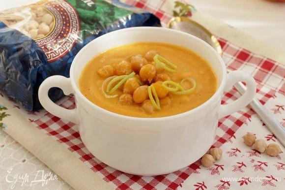 Оставшийся нут обжарить на оливковом масле и добавить к супу.
