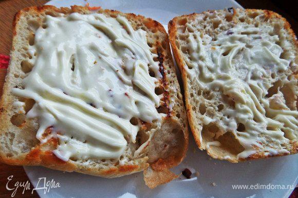 Смазать каждую половинку чиабатты сливочным сыром.