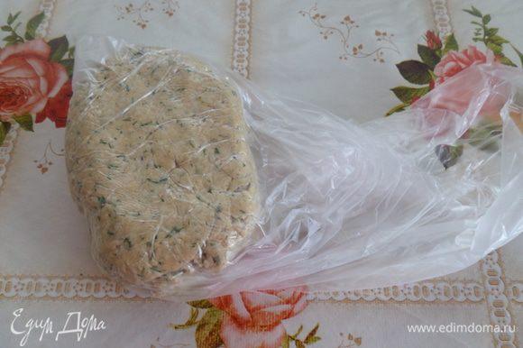 Кладем тесто в полиэтиленовый пакет и убираем в холодильник на 30-40 минут.