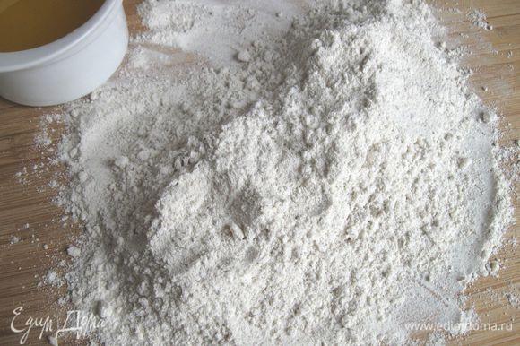 Соединить все сухие ингредиенты (муку манитобу, ржаную обдирную муку, измельченный миндаль, специи). Для того, чтобы мука лучше соединилась с ароматом специй, высыпать все сухие ингредиенты на рабочую поверхность и растереть их между ладоней.