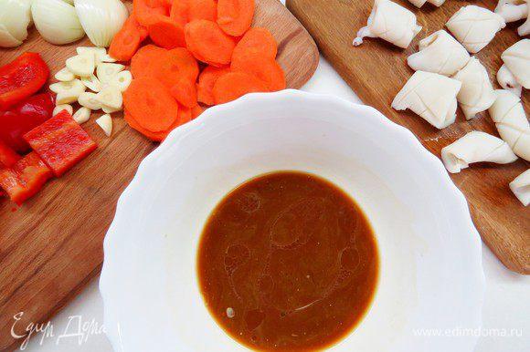 Делаем соус. В миске смешиваем соевый соус, рисовый уксус, херес (в идеале лучше использовать шаосинское кулинарное вино, но если его нет, то можно заменить хересом или просто десертным вином). Затем добавляем сахар и крахмал, перемешиваем до однородности.