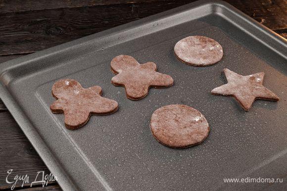 Смажьте маслом противень и выложите печенье. Выпекайте 10 минут при температуре 180°С. Когда изделия остынут, снимите их с противня.