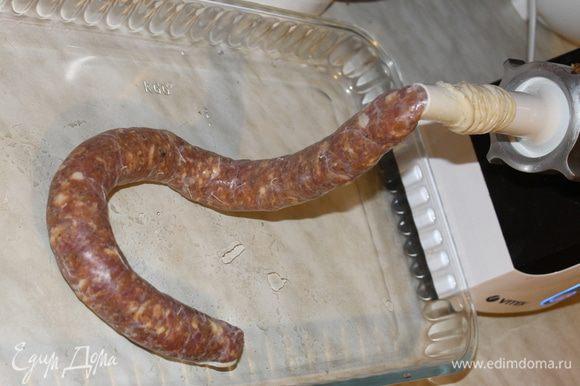 Подготовленную череву наденьте на специальную насадку для изготовления колбас и как можно плотнее, чтобы не оставалось воздушных пузырей заполните ее фаршем, формируя колбаски длиной 25-30 см, перекручивая или перевязывая их шпагатом.