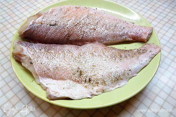Разделяем на филе, делаем на коже поперечные разрезы и натираем смесью соли и перца. По желанию можно добавить свои любимые специи для рыбы.
