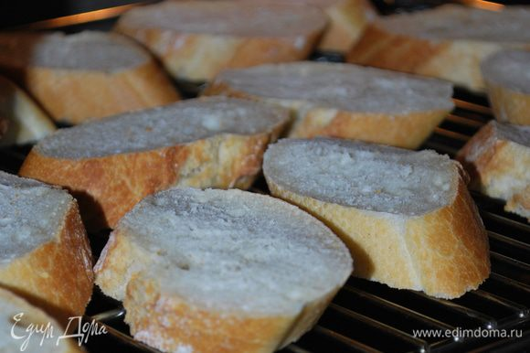 Хлеб не обжариваем в масле, как это многие делают. А только подсушиваем, кому как удобней, на сковороде, на гриле или в духовке. Я подсушиваю в духовке до хрустящей корочки.