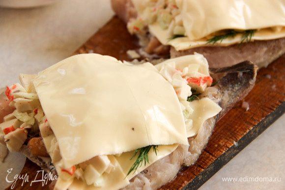 Прикрываем начинку сыром и отправляем хек в духовку на 30 минут.