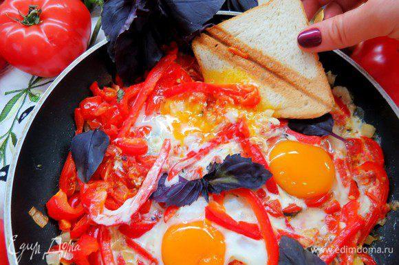 Подают пипераду с поджаренным хлебом, который надо окунать в ароматную яично-овощную смесь. Это очень вкусно, угощайтесь!