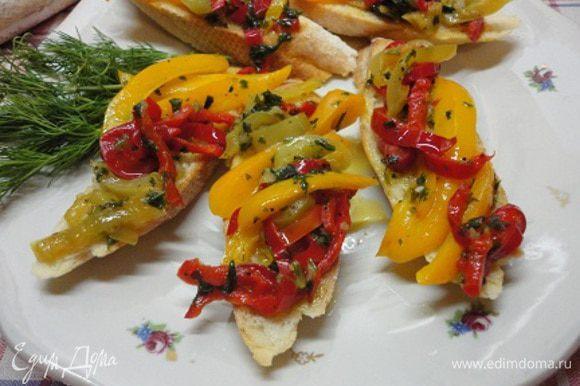 Соус соединить с перцами и дать настояться несколько минут. Кусочки багета подсушить в тостере почти до состояния сухаря и выложить на них салат. Приятного аппетита! Пахнет приближающимся летом!