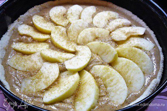 Поверх крема выкладываем яблоко, посыпаем тростниковым сахаром.