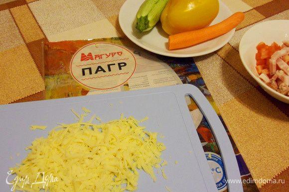 Твердый сыр натереть на терке.