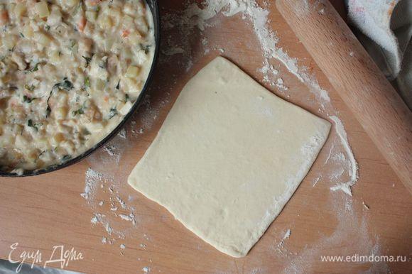 По желанию можно вместо слоеного теста использовать обычное пресное тесто, но я рекомендую именно этот вариант. Нарежьте тесто квадратиками. У меня из указанного количества ингредиентов получается 10 больших пирожков.