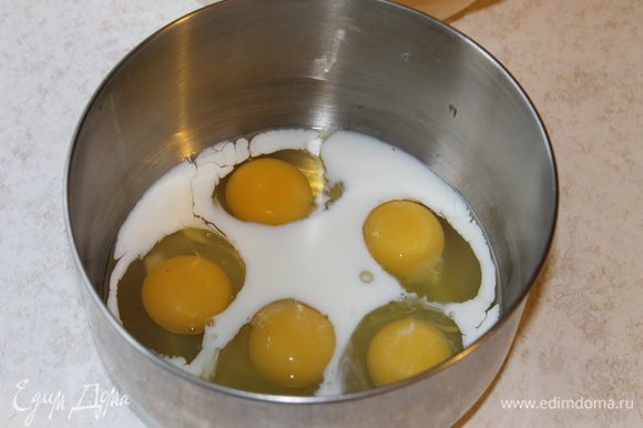Яйца разболтайте вместе с молоком до однородного состояния, не взбивая.