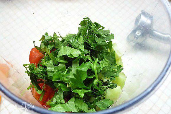 Сельдерей, базилик и мяту мелко рубим и также добавляем в чашу блендера.