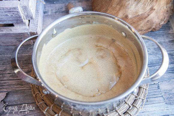 Вливаем тонкой струйкой в молоко желтковую смесь и постоянно помешиваем до загустения.