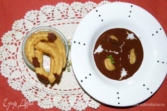 Кстати, если часть муки заменить на какао, то получатся шоколадные чурросы. Выложить приготовленные пончики на тарелку с супом, украсить листиками базилика и капельками сливок.