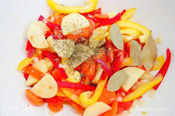 Добавляем перец, картофель, лавровый лист и орегано.