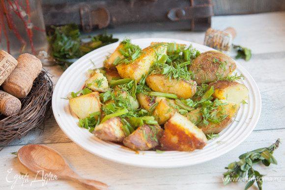На тарелку выкладываем картофель с луком и укропом.