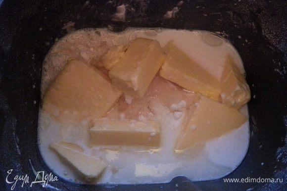 В чашу хлебопечки засыпать все сыпучие ингредиенты (муку просеять), добавить слив. и растит. масло, молоко.