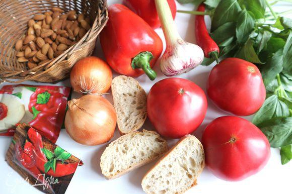 Приготовить все необходимое для соуса. Взять крупный красный болгарский перец, три спелых, крупных, сочных помидора.