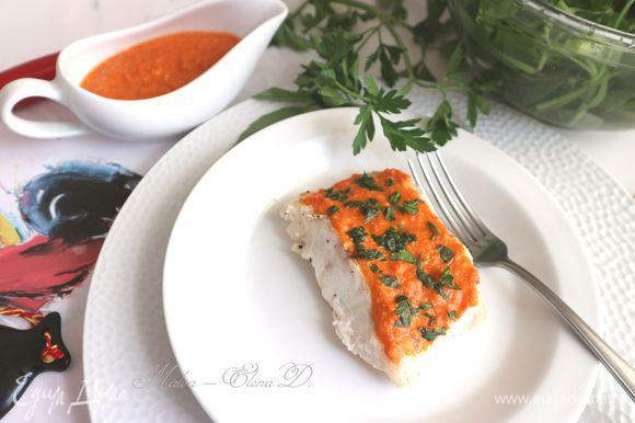 Рыбка готова. Подавать порционно, смазав верхнюю часть соусом, посыпав измельченной петрушкой и зеленым базиликом. Отдельно подать соусник с соусом ромеско.