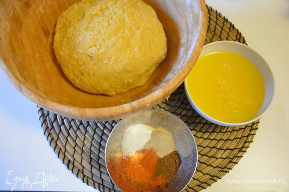 В готовое тесто влить постепенно небольшими порциями теплое жидкое сливочное масло, вымесить, добавить пряности, ванильный экстракт (в оригинале коньяк).