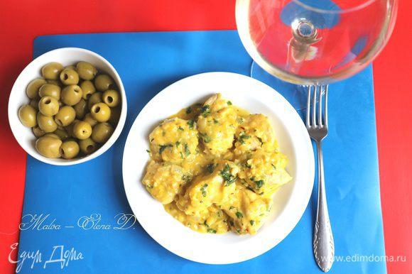 Блюдо подается горячим с соусом в сопровождении зелени, овощей.