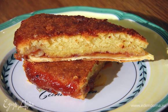 Вернуть пирог в духовку и выпекать еще 20‒25 минут.