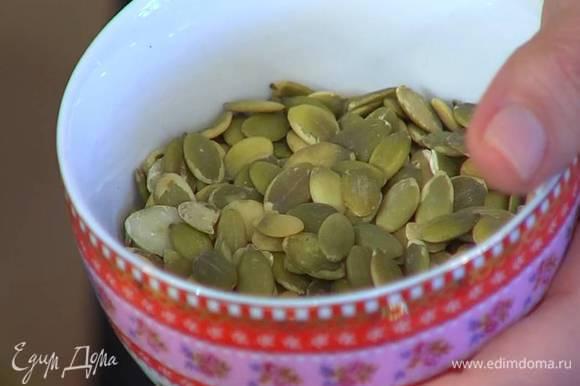 Тыквенные и подсолнечные семечки подсушивать в разогретой духовке около 10 минут.