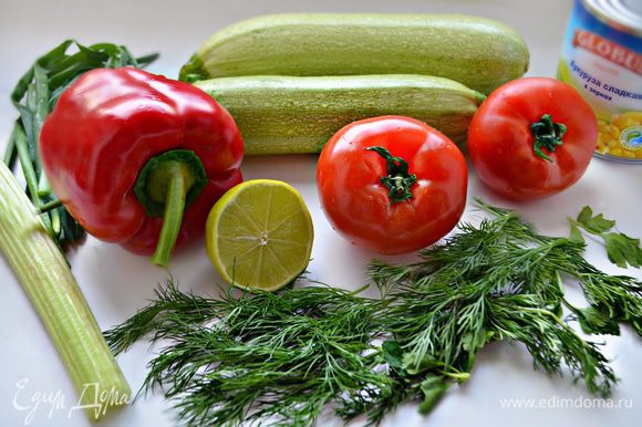 В это время займемся приготовлением салата. Нам понадобятся сочные свежие овощи: помидоры, кабачок, болгарский перец, сельдерей, красный лук, а также консервированная кукуруза и зелень.