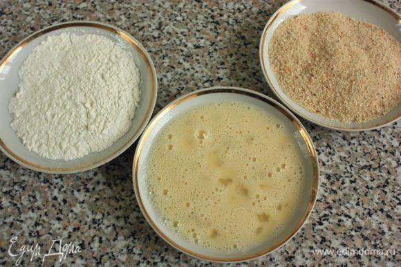 Подготовьте 3 тарелки для панировки с мукой, слегка взбитым яйцом и сухарями. Поочередно обваливайте фрикадельки сначала в муке, затем в яйце и, наконец, в сухарях. Если яйца мелкие, может быть понадобится второе.