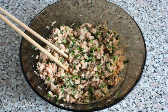 Начинку приправить перцем и солью по вкусу, хорошо перемешать. Учтите, что там уже есть соевый соус.