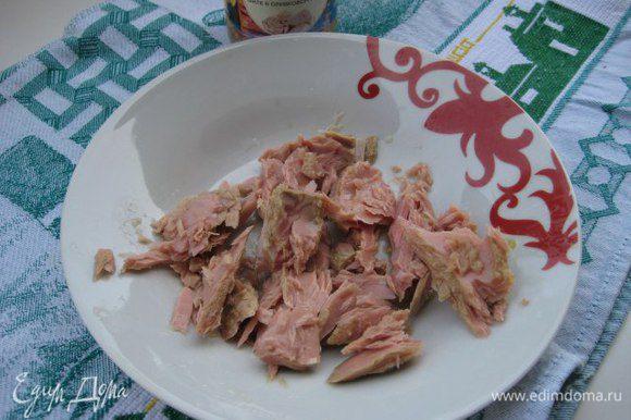 Тунца разделить вилкой на небольшие кусочки, выложить сверху на тесто. Сверху оливки.