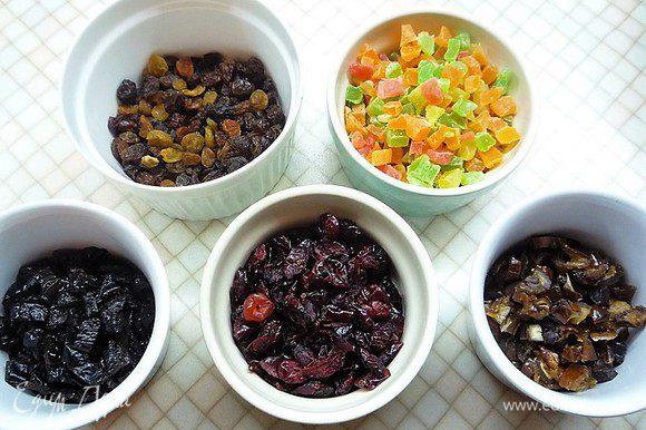 Подготовим сухофрукты: чернослив и финики мелко нарезаем, изюм промываем и просушиваем.