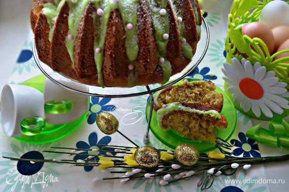 Остывший кекс покройте глазурью, присыпьте сахарной пудрой и украсьте цветными бусинами. Приятного вам аппетита!