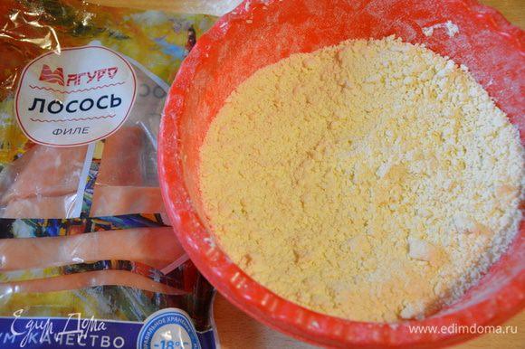 Сливочное масло предварительно поместить в морозильник минут на 15-20. Просеять муку, натереть сливочное масло на терке, перемешать (в крошку растирать не нужно).