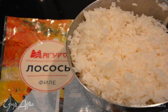 Рис промыть и отварить до полуготовности (я варила так: 1 стакан риса на 1 неполный стакан воды). Посолить.