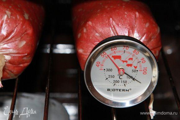 Духовку прогреваем до 80°С и отправляем колбасу на решетку. Когда температура внутри колбасы достигнет 50°С, ставим на дно духовки емкость с водой и продолжаем запекать до 70°С внутри колбасы. 50°С внутри колбасы было ровно через 1 час запекания. Это для тех информация, у кого нет такого градусника.