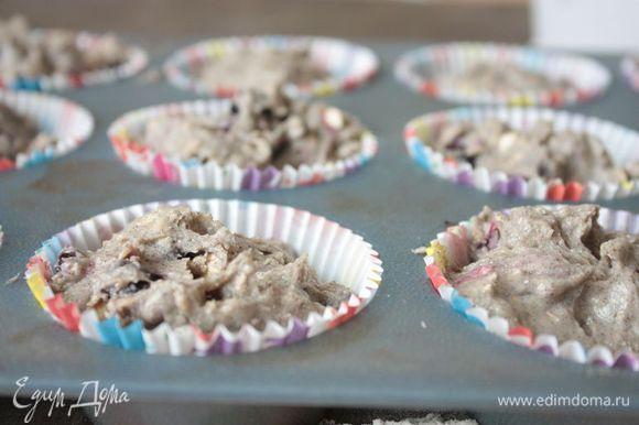 Наполните тестом формочки для кексов и отправьте кексы выпекаться в течение 15-20 минут при 180°С. Для приготовления глазури растопите шоколад со сливочным маслом на водяной бане. Готовые кексы полейте шоколадной глазурью и дайте остыть.