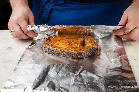Заверните рыбу в фольгу и запеките под грилем.