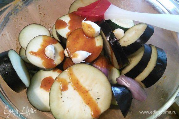 А в ту же посуду, где мариновалось мясо, сложить овощи и перемешать с оставшимся соусом.