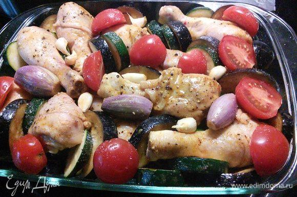Курицу накрыть фольгой и запекать в заранее разогретой до 180°С духовке 40 мин. Затем разложить овощи и помидоры, посолить и поперчить по вкусу, увеличить температуру до 200°С и допекать уже без фольги 30-40 минут до готовности мяса и овощей.