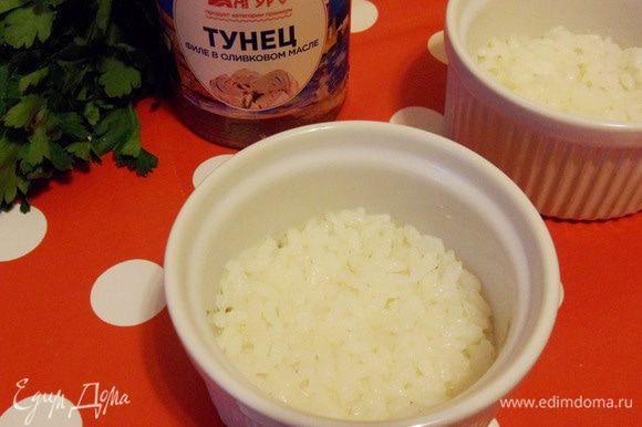Выкладываем в формочки для запекания отварной рис.