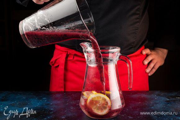 Хорошо взбейте до однородного состояния. Добавьте порезанный тонкими ломтиками лимон и лед. Лед на воде, очищенной фильтрами BRITA, получается особенно прозрачным.