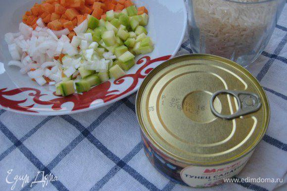 Приготовить омлет: взбить яйца в миске, в сковороде разогреть 1 ст. л. масла, обжарить яйца, помешивая, убрать на тарелку. Овощи можно брать замороженные, я готовила из свежих: порезала кубиками кабачок, морковь, белую часть зеленого лука. Можно по вкусу брать смесь с кукурузой и ростками бамбука. Зеленый горошек я взяла замороженный. Отварить рис до готовности.