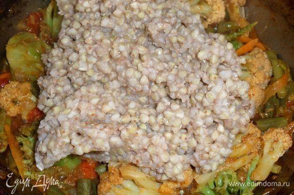 Добавляем к овощам отваренную зеленую гречку. Аккуратно перемешиваем. (Можно добавить 3-4 ст. л. кипяченой воды.)