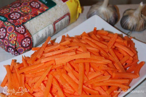 Пока лук обжаривается, режем морковь полосками.