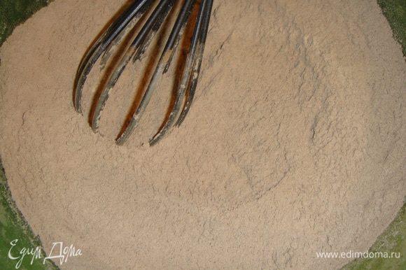 В миску просеять все сухие ингредиенты и тщательно перемешать венчиком.
